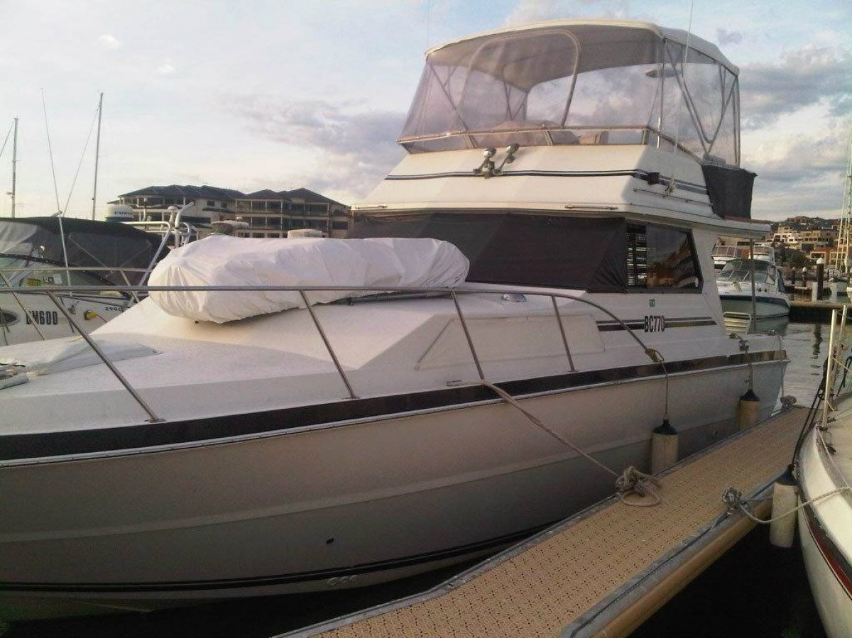Markline 1200 Flybridge Cruiser:bow view