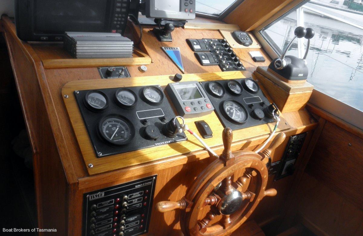 Steber 36 Flybridge Twin 260hp Volvos, electronic controls.