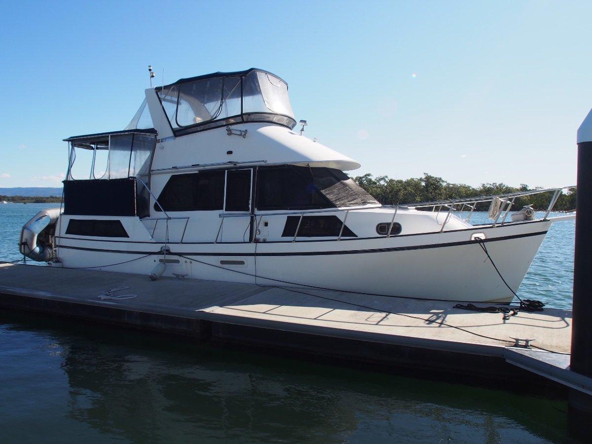 Golden Star Large Full Width Owners Aft Cabin / Flybridge Cruiser