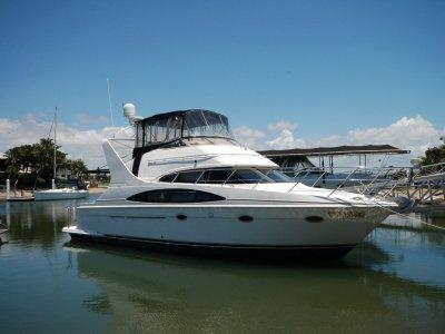 Carver Four Ten Sports Sedan. Flybridge Cruiser:Starboard view