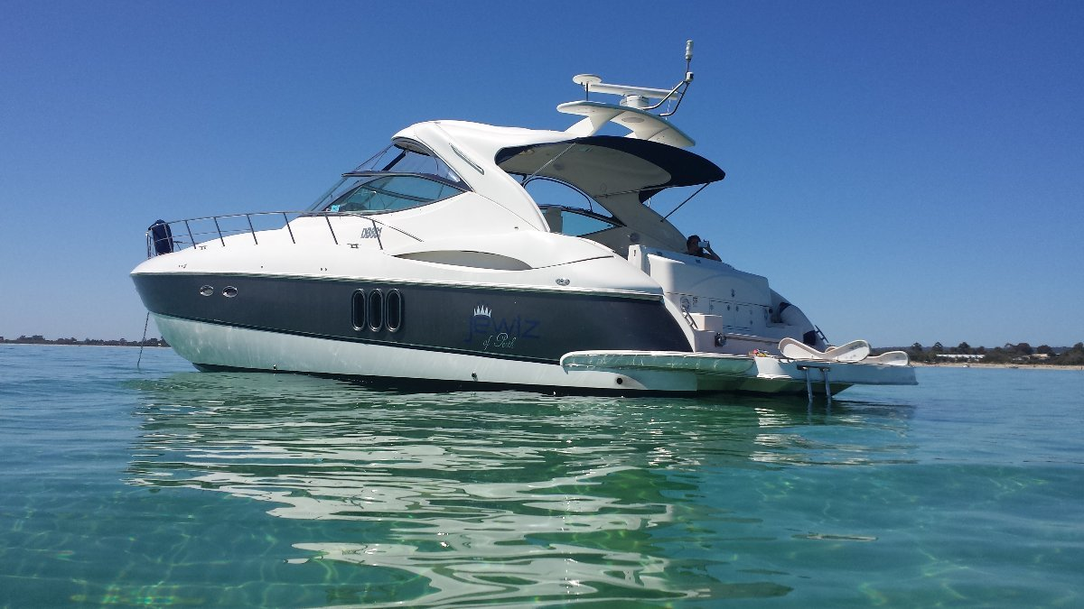 Cruisers Yachts 520 Express Come's with Pen