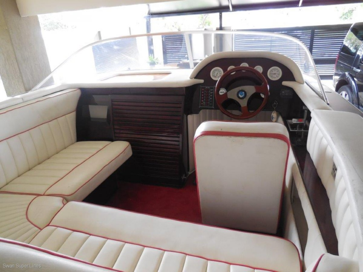 CLASSIC 6.8m MAHOGANY RUNABOUT