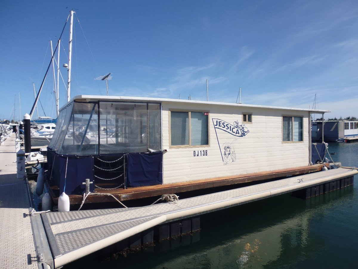 Houseboat in great condition and ready to go