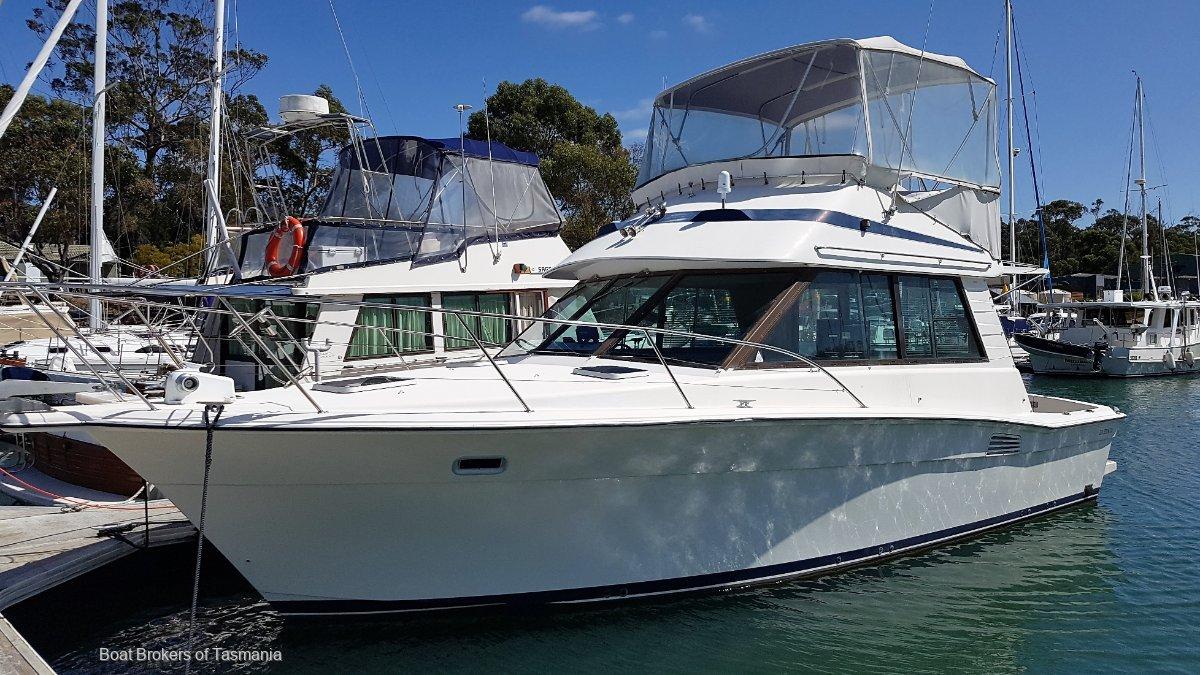 Riviera 33 Flybridge Low hours, twin shaft drive diesels