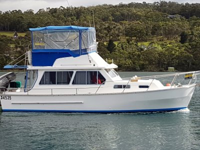 Honeymoon 33 Flybridge Cruiser Bowthruster, autopilot, fully optioned.