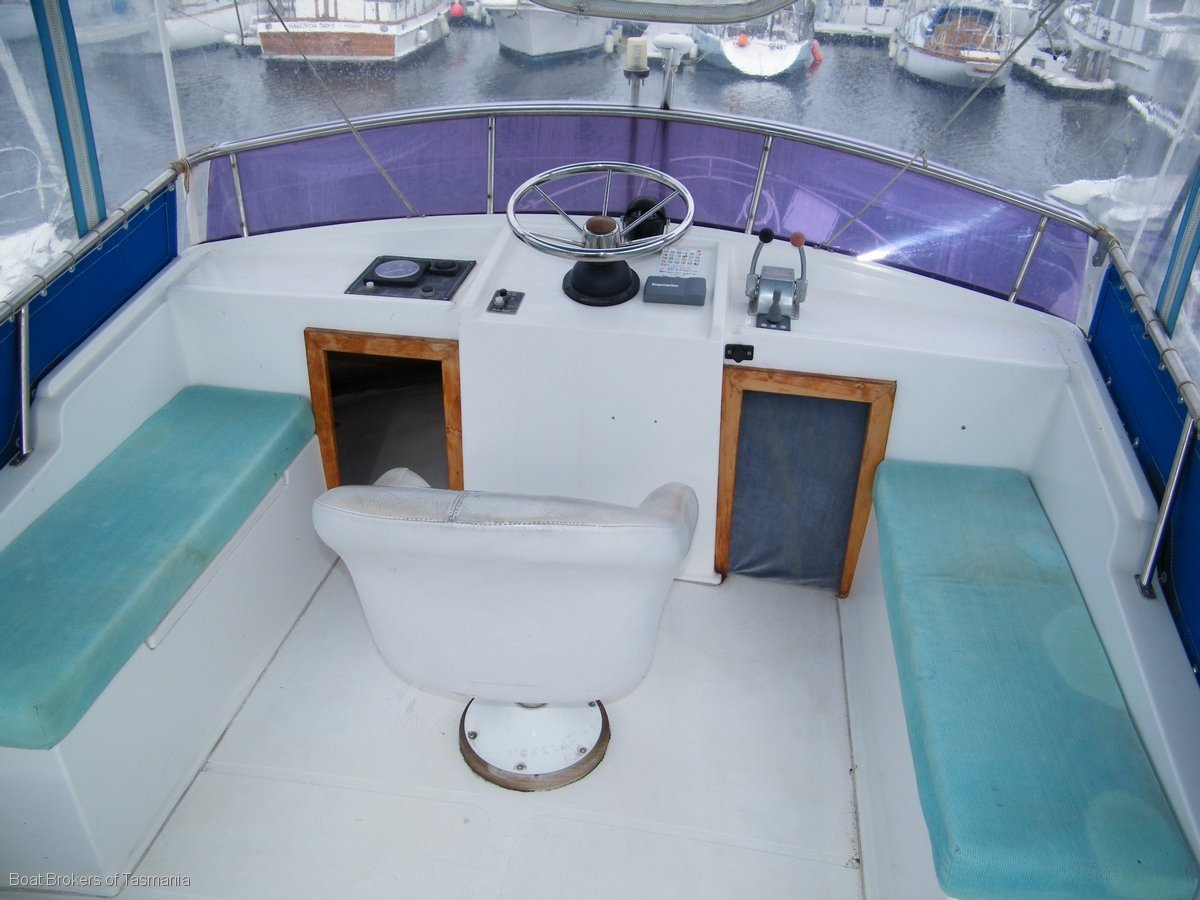 Honeymoon 33 Flybridge Cruiser Bowthruster, autopilot,