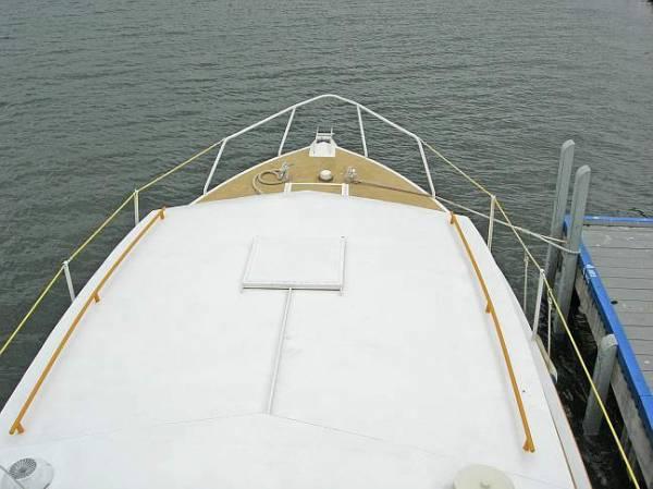 Flybridge Steel Cruiser