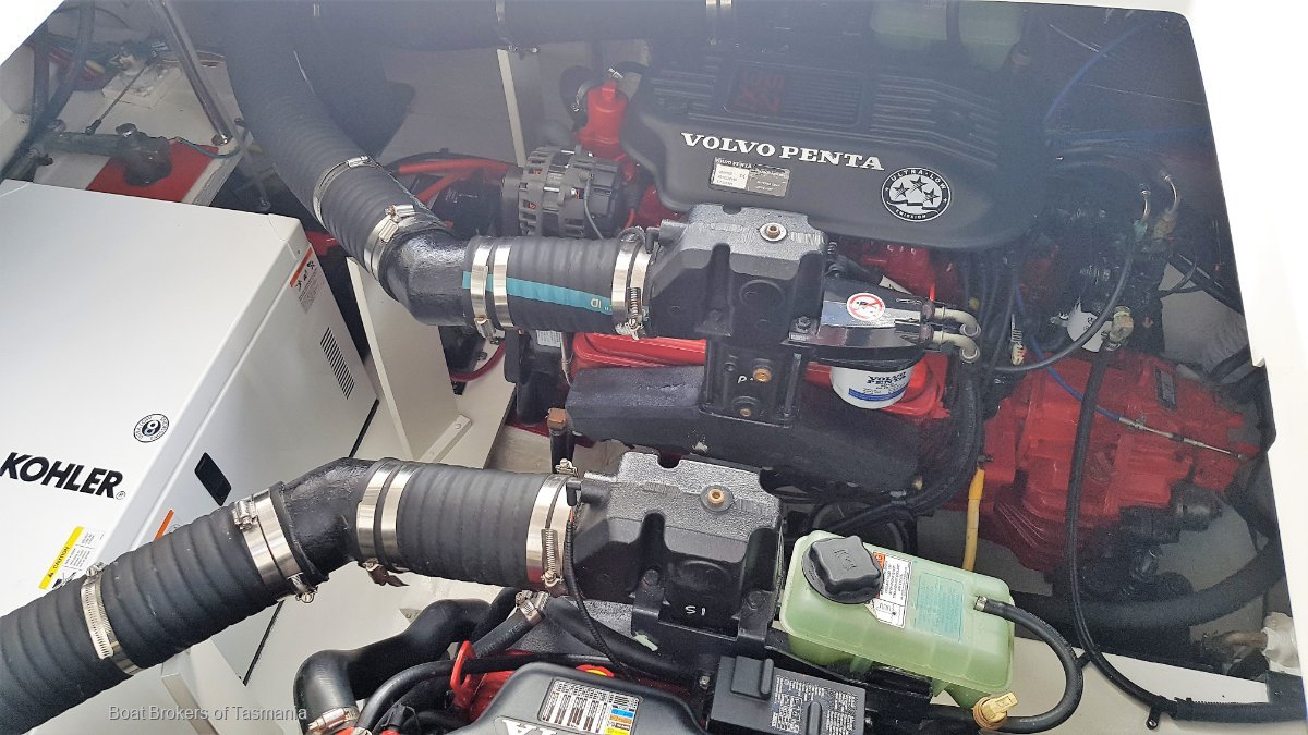 Cruisers Yachts 330 Sports. Shaft drives, genset, air cond, thrusters.