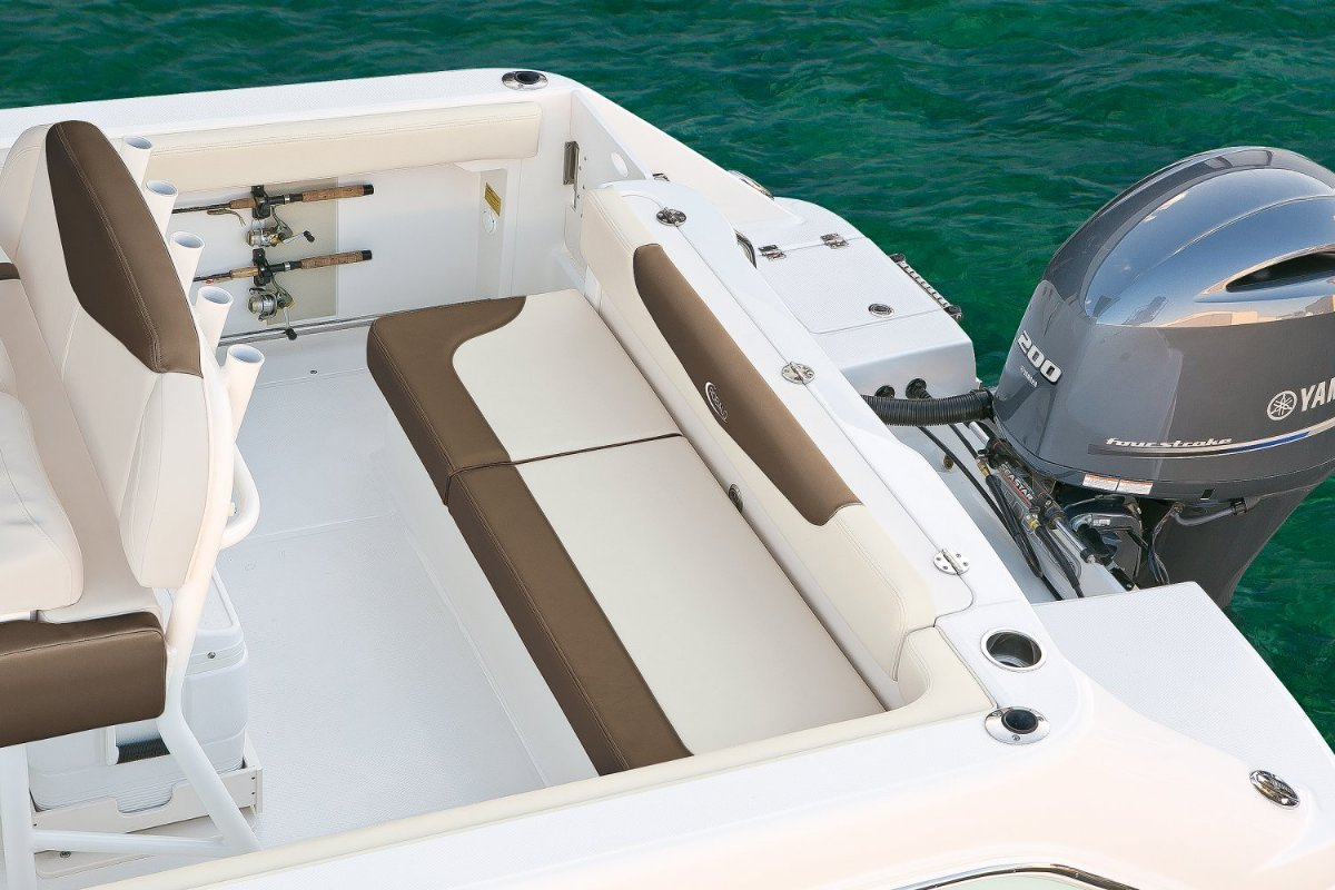 Robalo R222 centre console offshore fishing boat