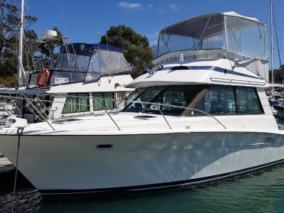 Riviera 33 Flybridge Low hours, twin shaft drive diesels
