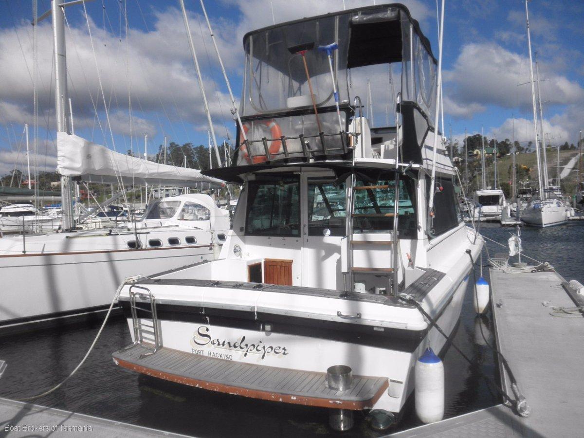 Sandpiper. Riviera 32/021 Riviera 32 Flybridge Twin 200hp Volvo shaft drive diesels. Boat Brokers of Tasmania