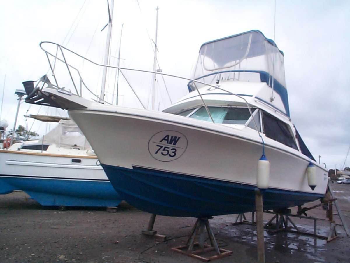 Bertram 25 Flybridge:Bertram port bow