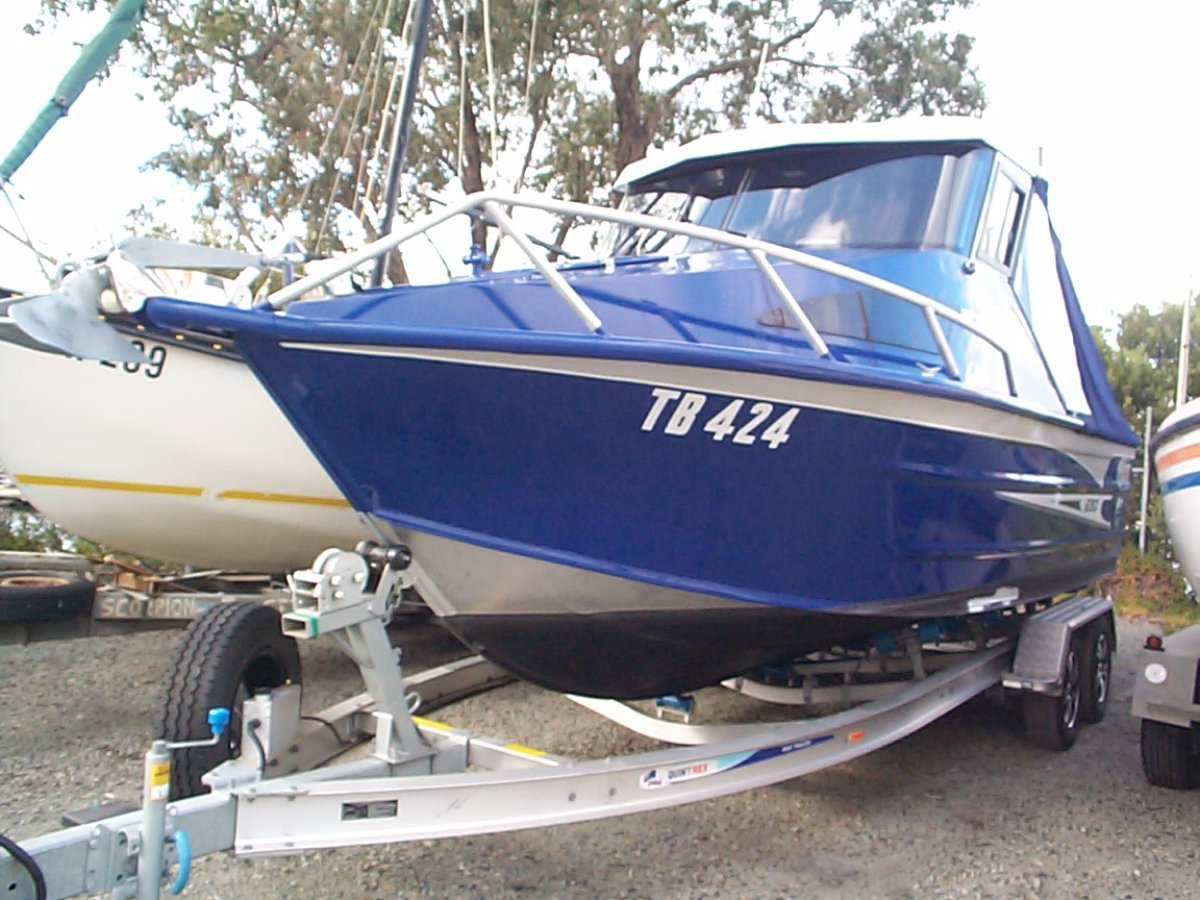 Quintrex 690 Trident:Port bow