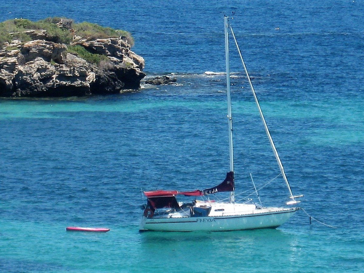 Viking 30 Ben Lexcen yacht. Well maintained and re-equipped:ANCHORED AT ROTTNEST