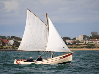 Traditional, open dayboat / trailer-sailer in grp