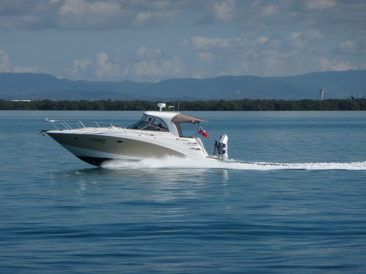 Larson Cabrio 350 Scintterlating Diesel Performance on Stepped Hull