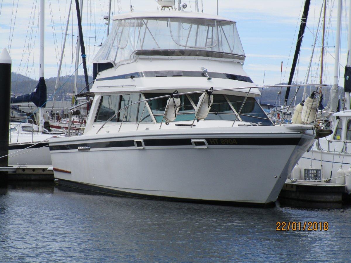 Riviera 38 Flybridge, Large Volume Cruiser