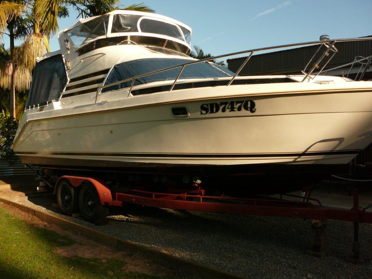 Seaquest 2800 Sportsman Flybridge Cruiser