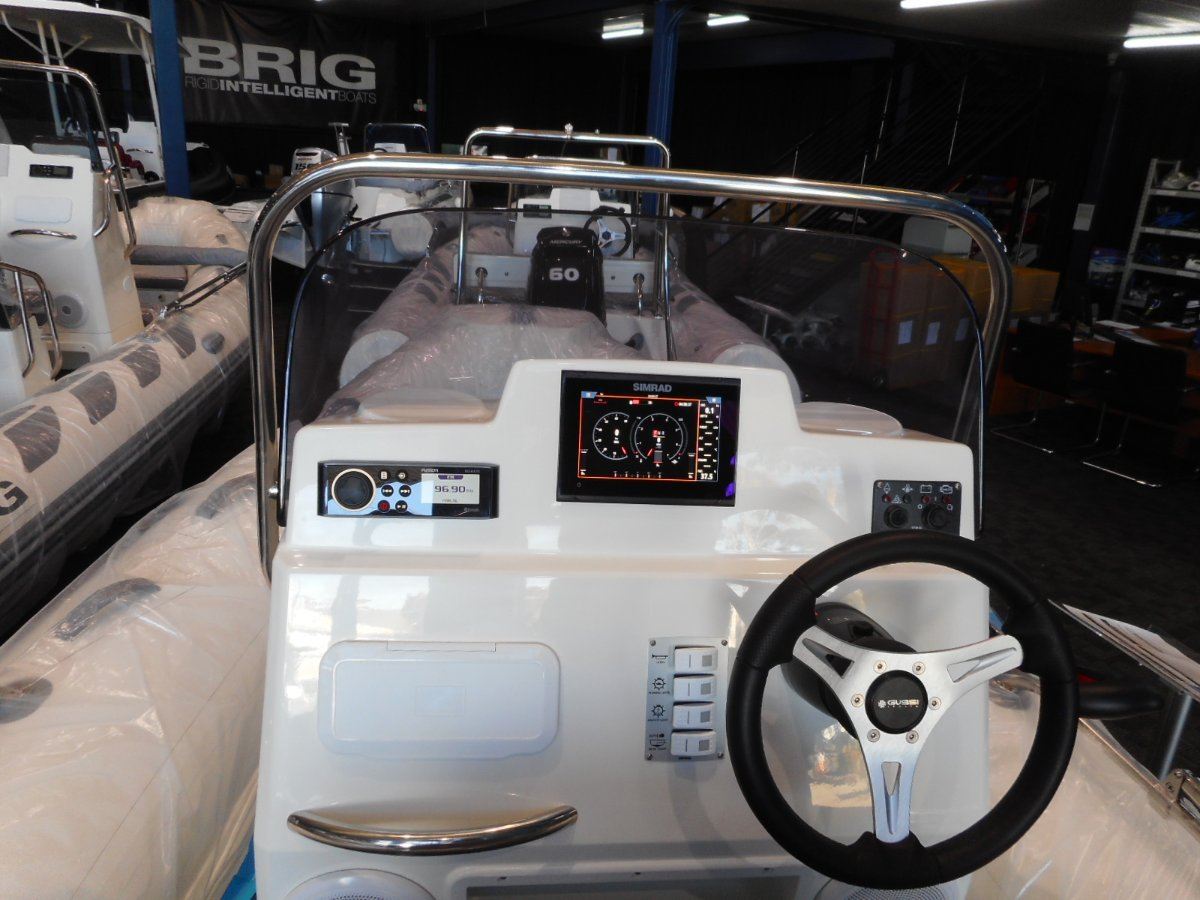 Brig Navigator 485 Center Console - Hypalon tubes