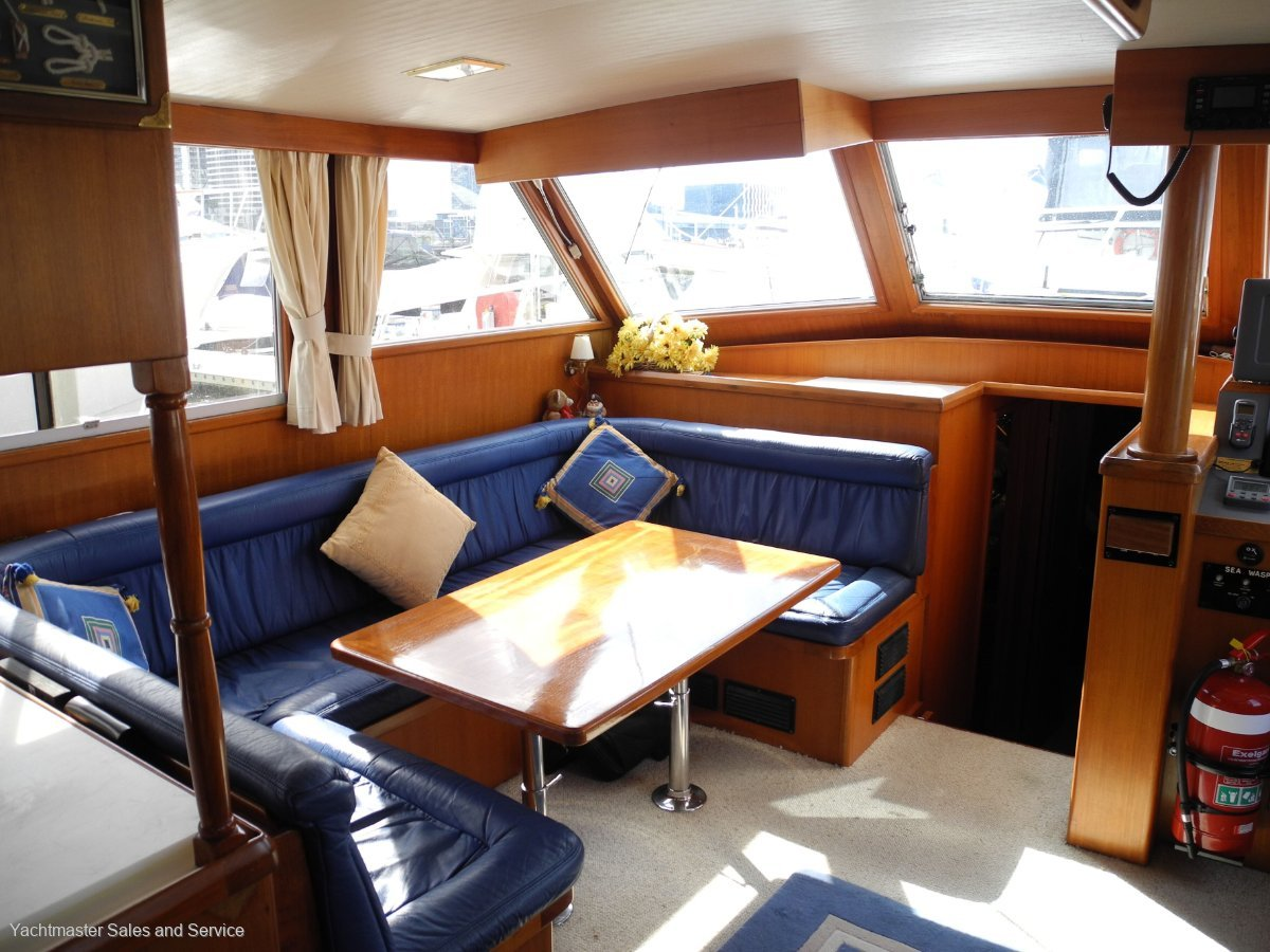 Sea Ranger 46 Flybridge Cruiser Sundeck:Saloon Dinette