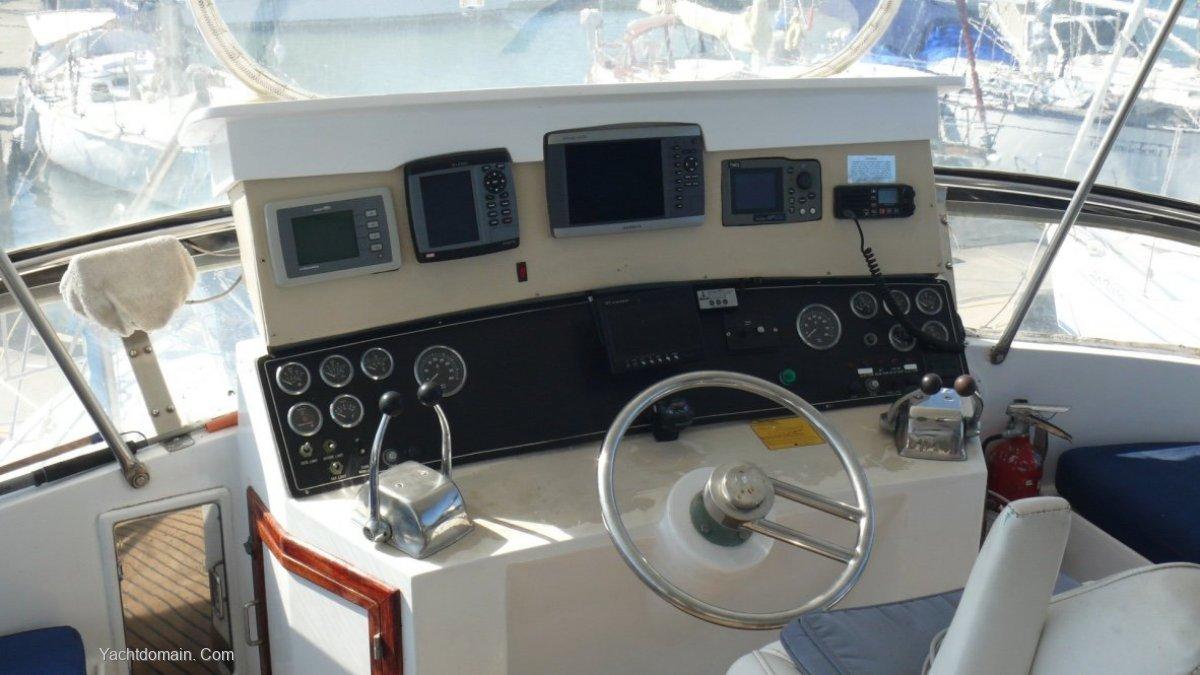 Prima 52 Flybridge:Controls and electronics