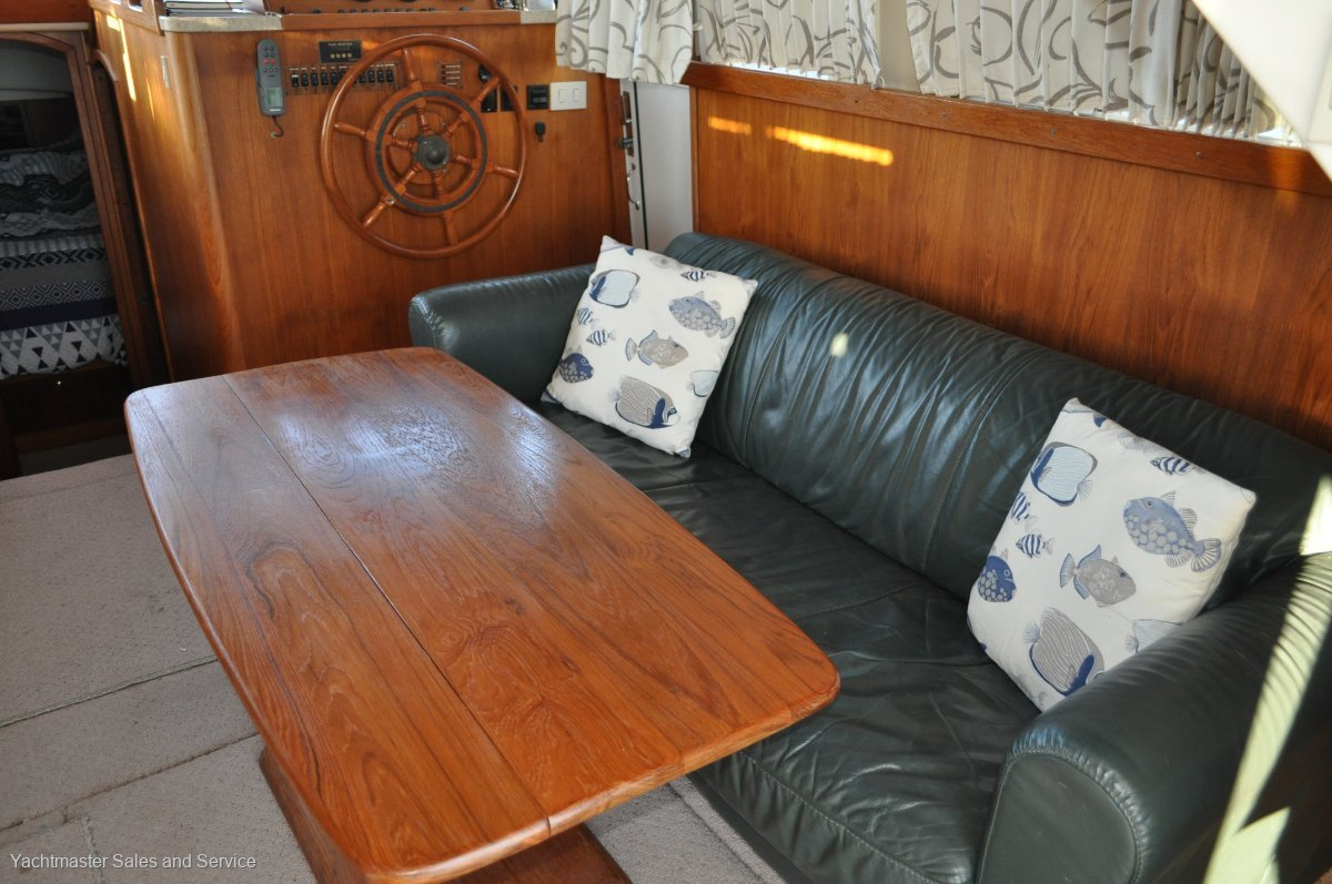Mainship 390 Trawler Long Range Cruiser