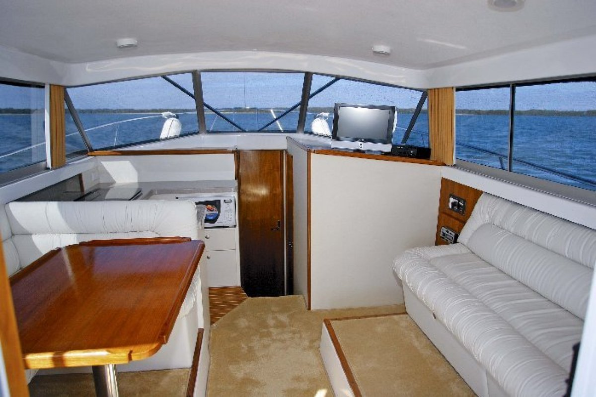 Caribbean 32 Flybridge Cruiser