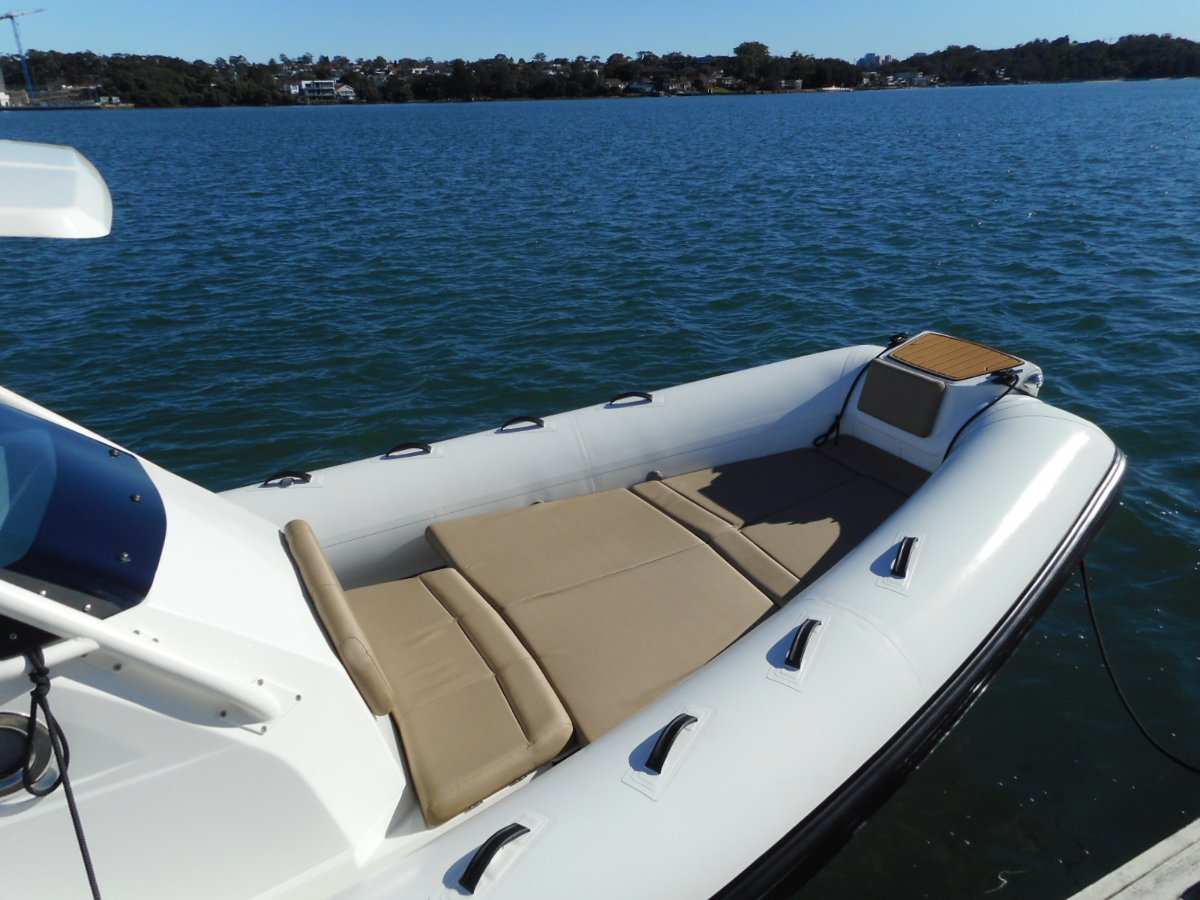 Brig Eagle 8 Center Console - Hypalon tubes