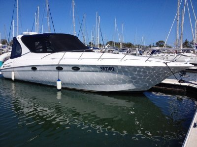 Larson Cabrio 370 Designed for the way many boaters use their boats