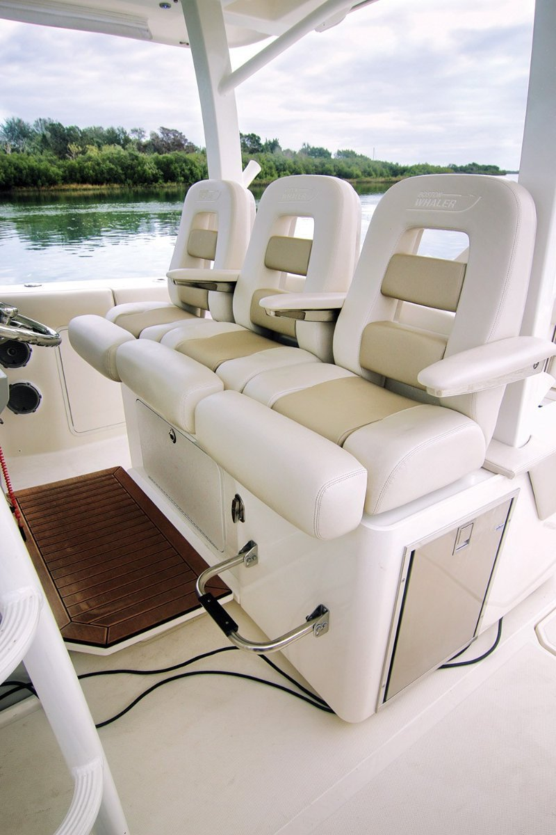 Boston Whaler 380 Outrage Centre Console