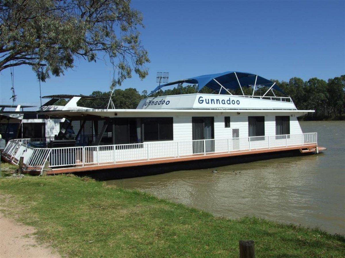 Houseboat Gunnadoo!