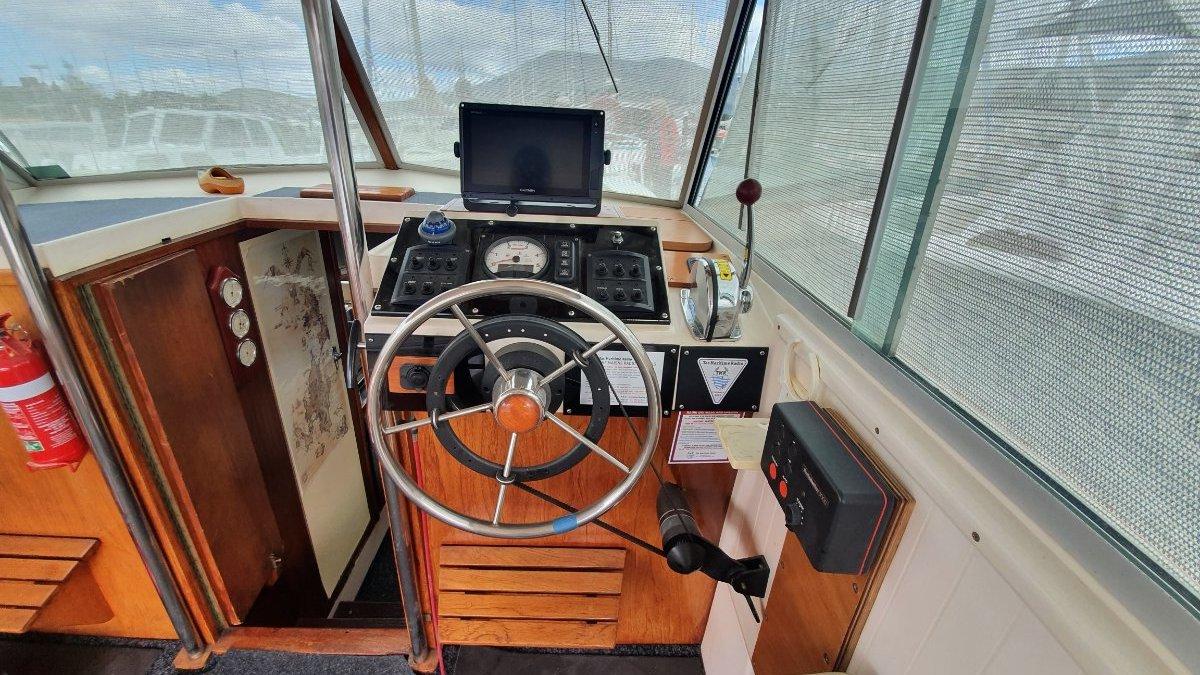 Mariner 26 Pacer Flybridge Cruiser Strider