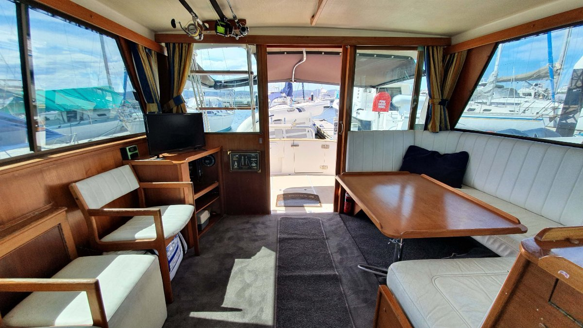 Riviera 38 Flybridge Hardtop Mahogany