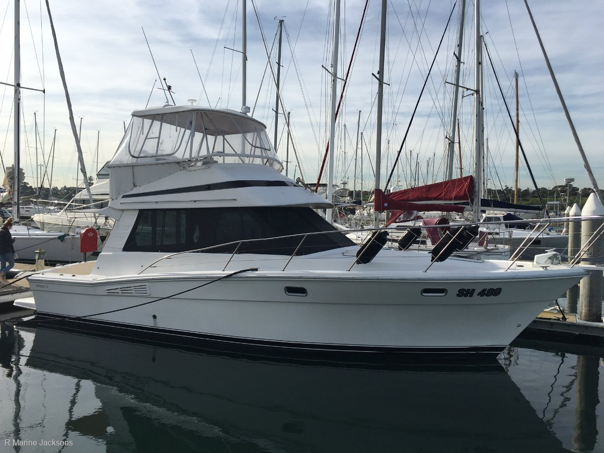 Riviera 35 Flybridge:Riviera 35 Flybridge Cruiser - For sale @ R Marine Jacksonsr