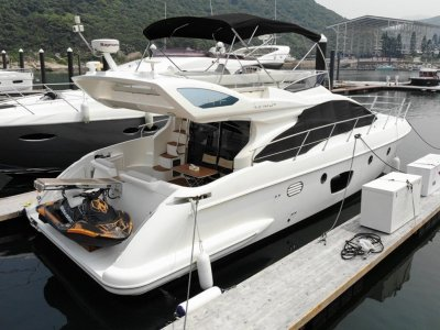 Azimut 47 Flybridge in Mint condition for sale in Hong Kong.