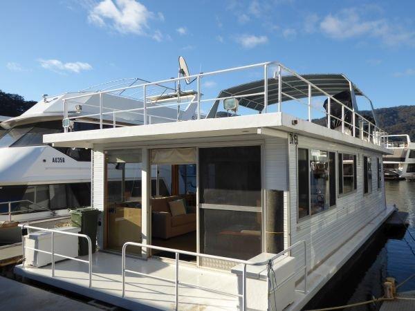 Houseboat Holiday Home on Lake Eildon, Vic.:Retro on Lake Eildon