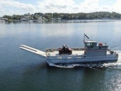 Motorised barge with front ramp
