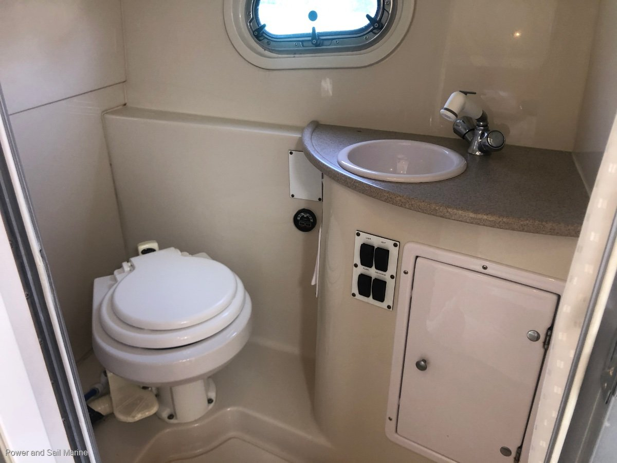 Four Winns Vista 288 Immaculate condition and low hours!