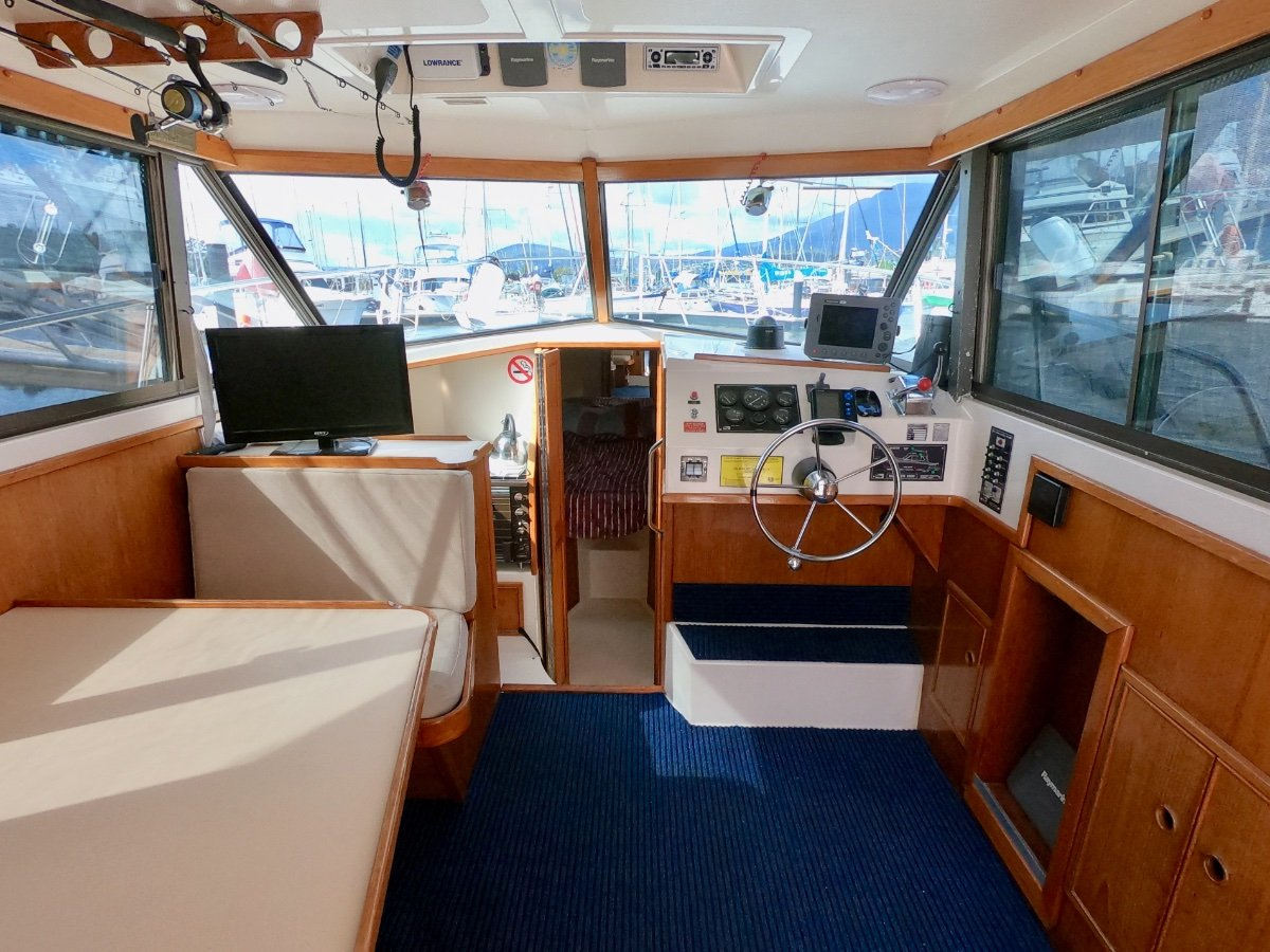 Mariner 28 Flybridge NEW ENGINE WITH 20 HOURS! EXCELLENT CONDITION!