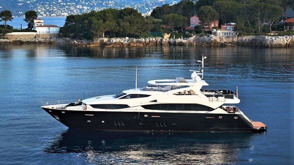 Sunseeker 34 Metre Yacht BLACK & WHITE