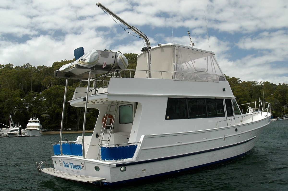 Universal 41 Flybridge Cruiser