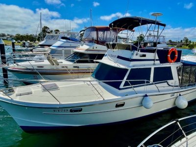 Aquarius 34 Flybridge Cruiser
