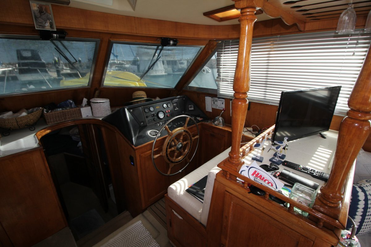 Mustang 3800 Flybridge Cruiser