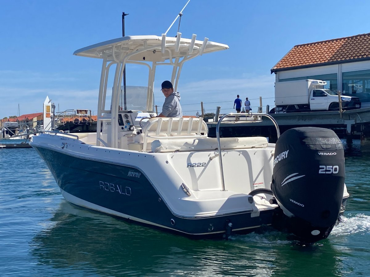 Robalo R222:Premium power / LOW hrs