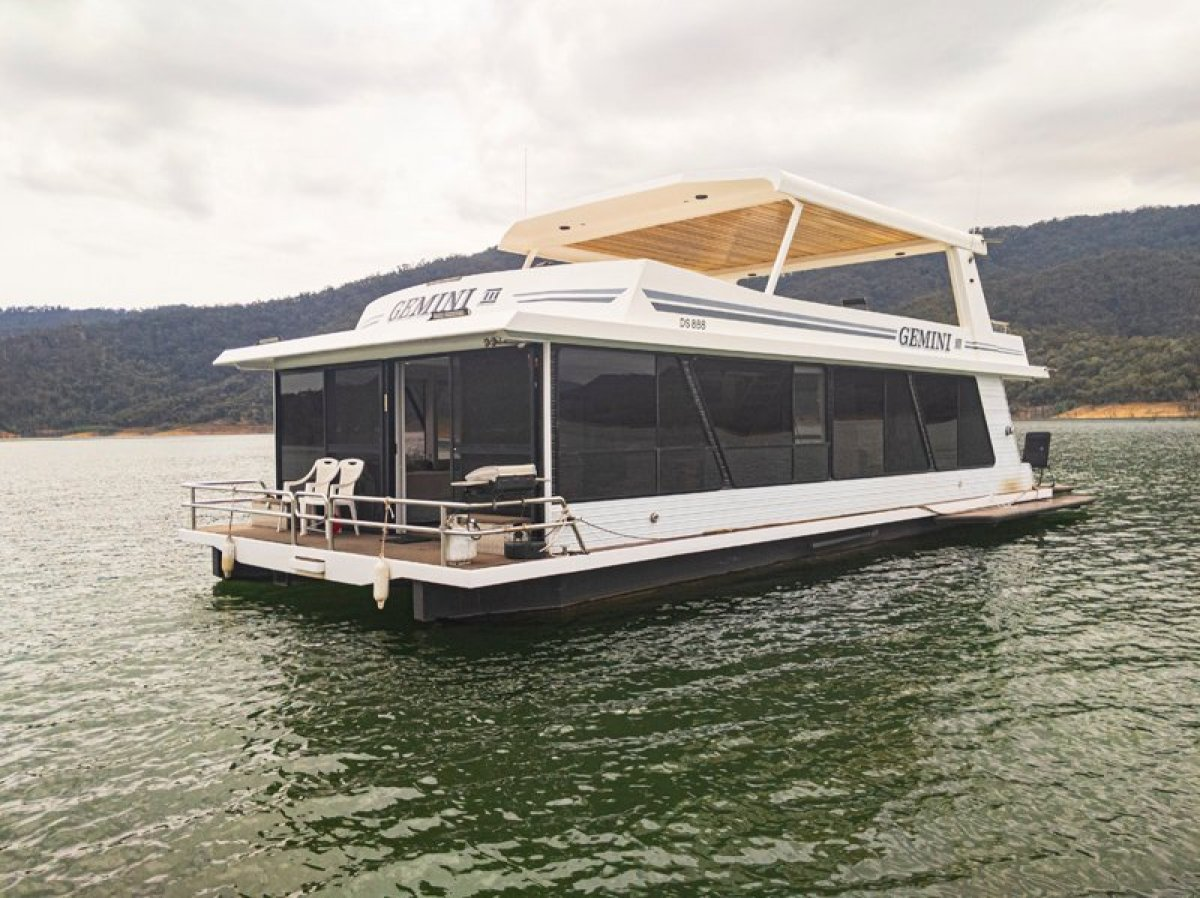 GEMINI III Houseboat Holiday Home on Lake Eildon:Gemini III on Lake Eildon