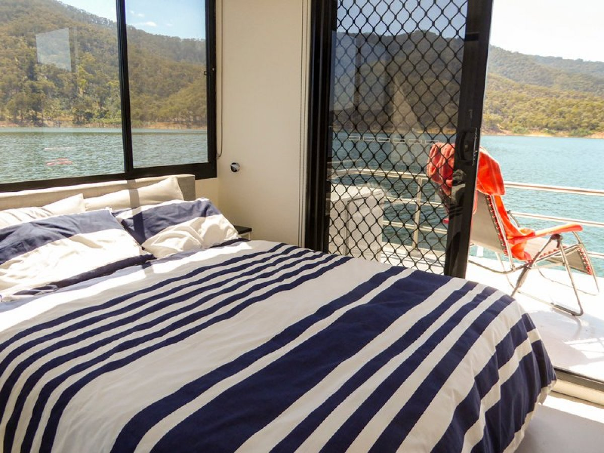 ONE MORE Houseboat Holiday Home on Lake Eildon
