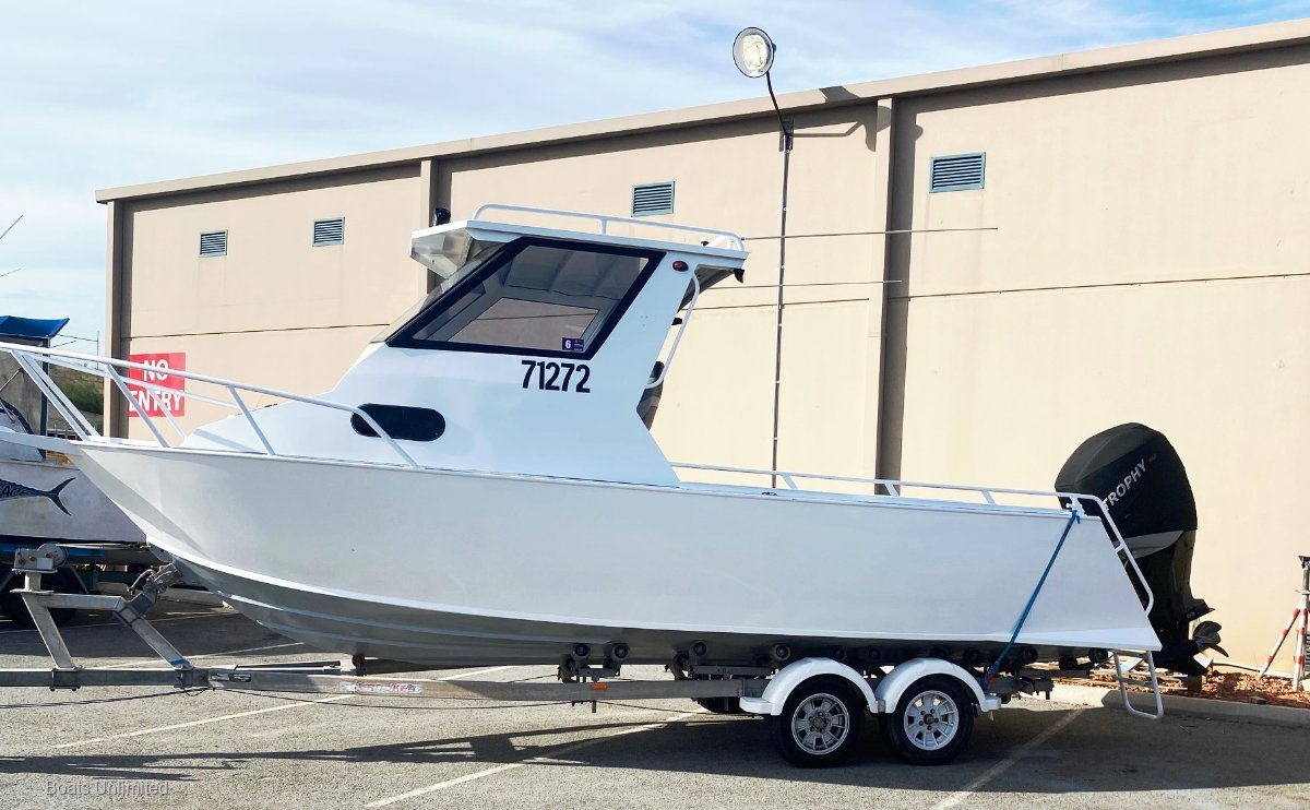 Trailcraft 670    HARDTOP DELUXE GREAT FISHING BOAT