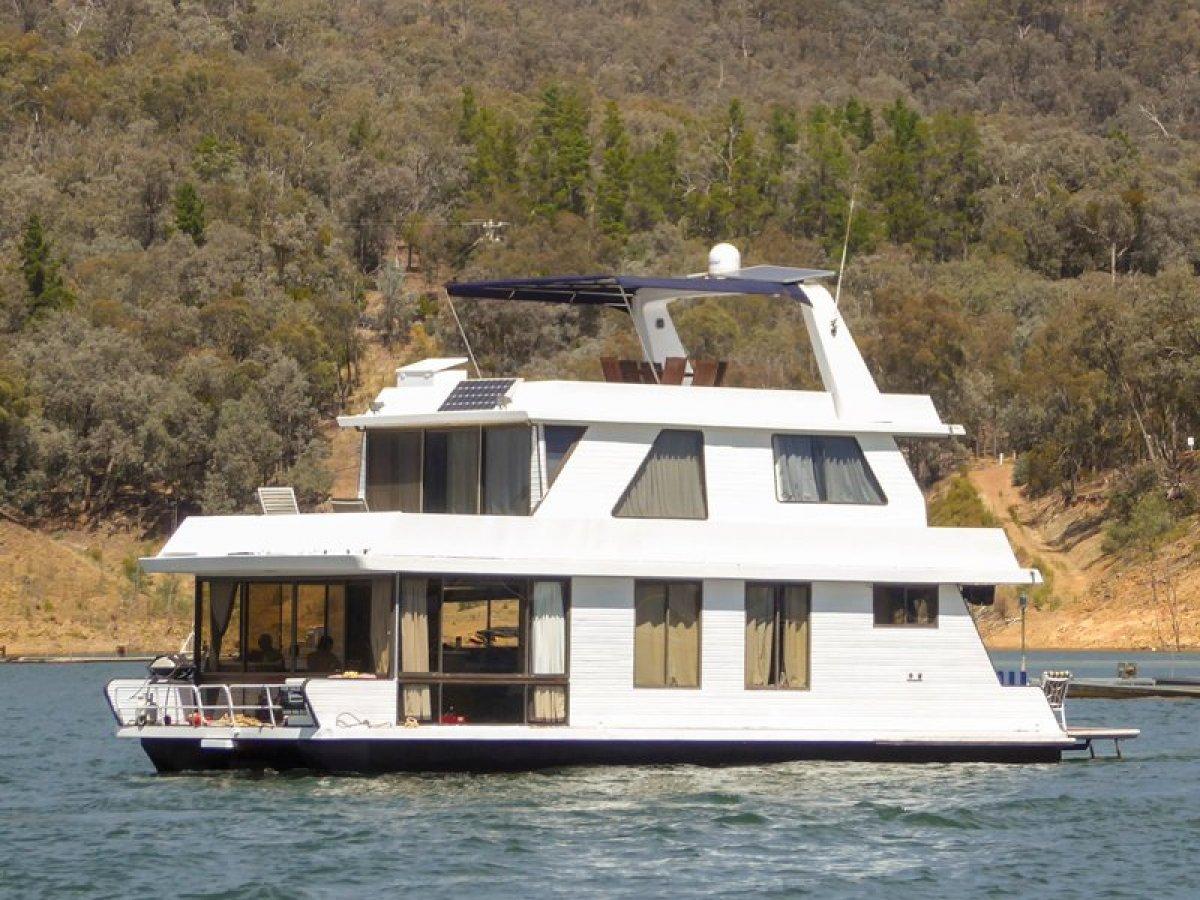 DIABLO - Houseboat holiday home on Lake Eildon:Diablo on Lake Eildon Vic