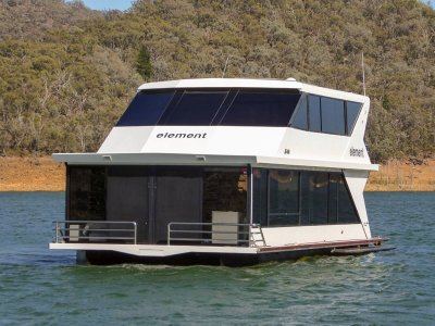 ELEMENT Houseboat Holiday Home on Lake Eildon
