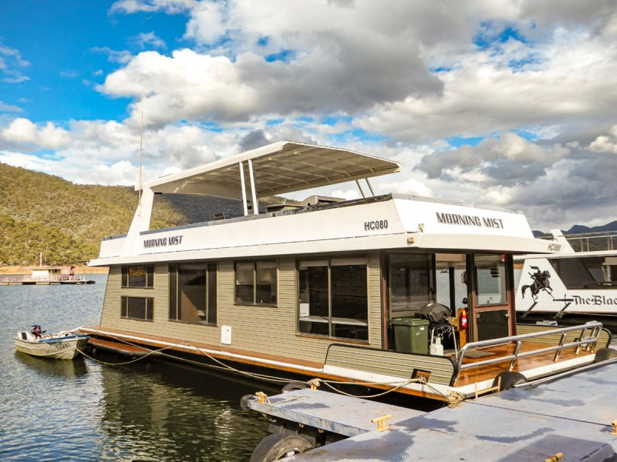MORNING MIST Houseboat Holiday Home on Lake Eildon:Morning Mist on Lake Eildon
